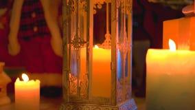 Biały rocznika lampion i płonące świeczki zdjęcie wideo
