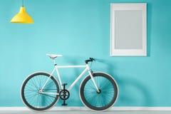 Biały rower w błękitnym wnętrzu zdjęcia stock