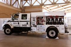 Biały samochód strażacki przy okręgu administracyjnego jarmarkiem Zdjęcia Royalty Free