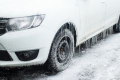 Biały samochód z zamarzniętymi oponami stoi w zimie obraz royalty free