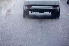 Biały samochodowy bieg na drodze na dżdżystym obrazy royalty free
