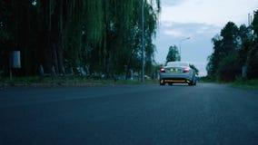 Biały samochodowy omijanie - podłogowa perspektywa zbiory wideo