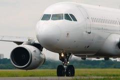Biały samolot pasażerski Zdjęcia Royalty Free