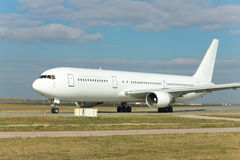 Biały samolot pasażerski na pasie startowym fotografia royalty free