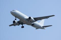 Biały Samolotowy lądowanie Fotografia Royalty Free