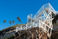 Biały schody na Cliffside Dla plaża dostępu przy Swami ` s plażą obrazy royalty free