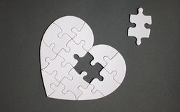 Biały serce kształtująca łamigłówka z brakującą częścią obraz royalty free