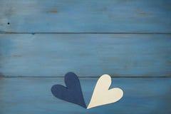 Biały serce na błękitnym tle, drewno malował Greckiego błękit Obrazy Stock