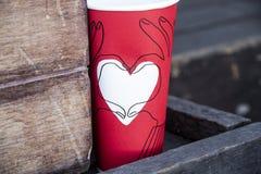 Biały serce na czerwonej papierowej filiżance zdjęcie royalty free