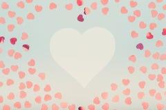 Biały serce z błyskotliwości serca confetti Walentynki pojęcie Zdjęcia Royalty Free