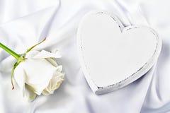 Biały serce z biel różą Fotografia Stock
