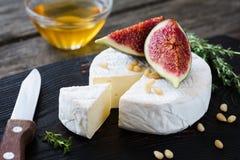 Biały serowy camembert, brie, figi, miód i dokrętki lub, Zdjęcia Stock