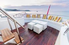Biały siedzenie na jachtu pokładzie i stolec długo Zdjęcia Stock