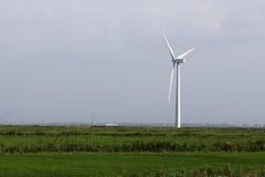 Biały silnik wiatrowy wytwarzać elektryczność w zielonych polach Obraz Stock