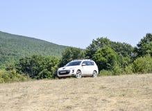 Biały skrzyżowanie Peugeot 4007 na wzgórzu obrazy stock