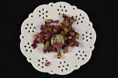 Biały spodeczek z róża herbacianymi liśćmi Zdjęcia Royalty Free
