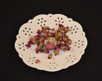 Biały spodeczek z róża herbacianymi liśćmi Fotografia Royalty Free