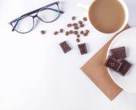 Biały stół z filiżanką kawy i innym materiały Odgórny widok Fotografia Stock