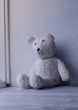 Biały staromodny miś siedzi samotnego dom Zdjęcie Stock