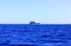 Biały statek unosi się na wodzie Zdjęcia Stock