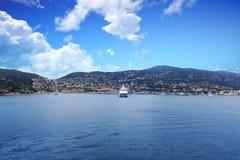 Biały statek wycieczkowy Cumujący w Villefranche Obrazy Royalty Free