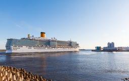 Biały statek wycieczkowy przechodzi zapor bram zatokę Finlandia Obraz Stock