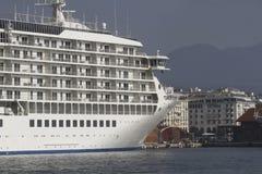 Biały statek wycieczkowy zakotwiczający w porcie zdjęcia stock
