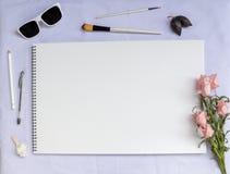 Biały stołowy skład z sztuk dostaw, różanej i pustej akwarela papieru stroną, Zdjęcia Royalty Free