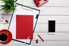 Biały stołowych desek notepad filiżanki ranku kawy zegaru papierowej klamerki biura skoroszytowy czerwony biuro Zdjęcia Royalty Free