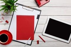 Biały stołowych desek notepad filiżanki ranku kawy zegaru papierowej klamerki obieg skoroszytowy czerwony przygotowanie Zdjęcie Stock