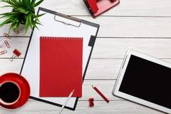 Biały stołowych desek notepad filiżanki ranku kawy zegaru papierowej klamerki obieg skoroszytowy czerwony przygotowanie Zdjęcie Royalty Free