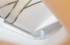 Biały sufit z neonowymi światłami W budynku obraz stock