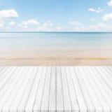 Biały szary drewniany podłoga, morza i niebieskiego nieba tło, Lato dalej Zdjęcie Stock