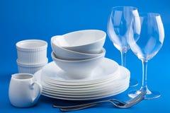 Biały tableware nad błękitnym tłem zdjęcie stock