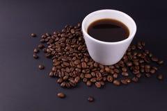 Biały tableware pełno kawa espresso stojaki w kawowych fasolach zdjęcia royalty free