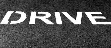 Biały tekst na czerń asfalcie, drogowy znak na drodze zdjęcia royalty free