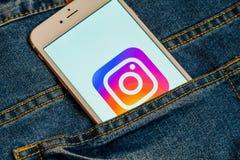 Biały telefon z logo ogólnospołeczny medialny Instagram na ekranie Og?lnospo?eczna medialna ikona zdjęcia stock