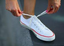 Biały tenisówka na nodze Wiązać shoelace zdjęcie royalty free