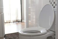 Biały toaletowy puchar zdjęcia stock