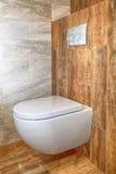 Biały toaletowy puchar w łazience Obrazy Stock