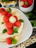 Biały tort dekorujący z arbuzem, melonem i kiwi kształtującymi kawałkami, Obraz Royalty Free