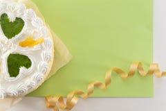 Biały tort na barwionym tle z faborkami strzelającymi z góry zdjęcie stock