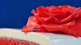 Biały tort z czekolada ornamentami i czerwonymi marcepanami wzrastał na zmroku - błękitny tło tort dekorujący z jadalnymi czerwon Zdjęcie Royalty Free