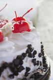 Biały tort z wiśnią Zdjęcia Royalty Free