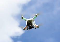 Biały trutnia latanie Fotografia Stock