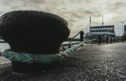 Biały turystyczny liniowiec przy nabrzeżem wiązał z arkaną Obraz Royalty Free