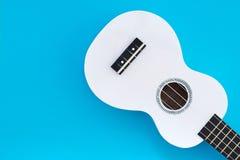 Biały ukulele na błękitnym tle Muzykalny pojęcie Mieszkanie Nieatutowy Ukulel miejsce tekst Obraz Royalty Free