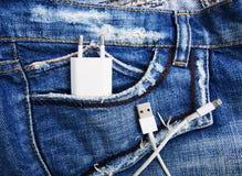 Biały USB kabel w cajgu USB kieszeniowym sznurze z cajgami wkładać do kieszeni Zdjęcie Royalty Free