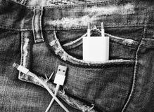 Biały USB kabel w cajgu USB kieszeniowym sznurze z cajgami wkładać do kieszeni Fotografia Royalty Free