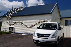 Biały Van Przewożący samochodem Parkujący przy Miodowym muzeum Obraz Stock